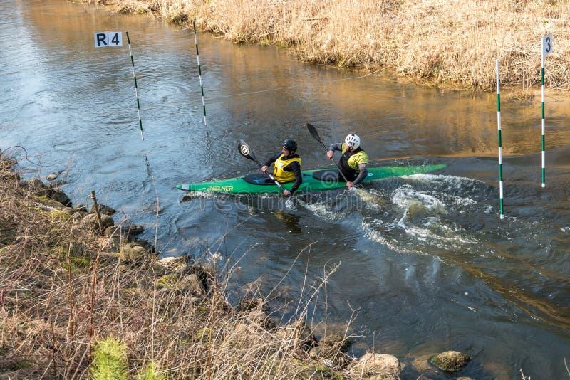GRODNO, WEISSRUSSLAND - APRIL 2019: Kajakfreistilwettbewerb auf dem schnellen flei?ig rudernden Fluss des kalten Wassers, Geist d stockbild
