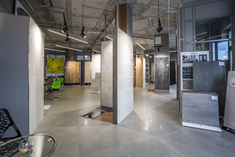 GRODNO, WIT-RUSLAND - JUNI 2019: binnenlandse moderne keramische tegel en natuursteenwinkel stock fotografie