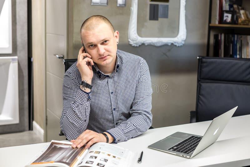 GRODNO, WIT-RUSLAND - MAART 2019: de werken van jonge mensenwerknemers bij de computer in de moderne opslag van het luxeloodgiete royalty-vrije stock foto
