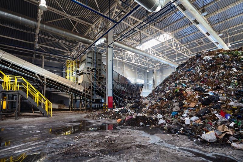 GRODNO, WIT-RUSLAND - OKTOBER 2018: Oplossend probleem van milieuvervuiling met afval als installatie van de huisvuilverwerking - stock fotografie