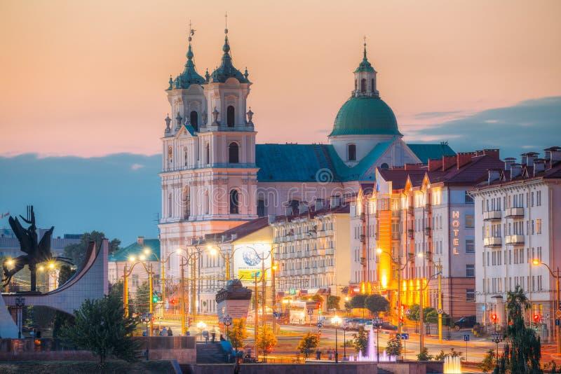 Grodno, Wit-Rusland St Francis Xavier Cathedral And Traffic In Mostowaja en Kirova-Straten bij Avond in Nacht stock foto's