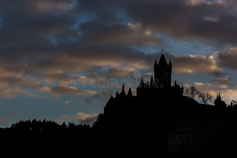 Grodowa sylwetka na wzgórzu z Chmurnego nieba tłem zdjęcie royalty free
