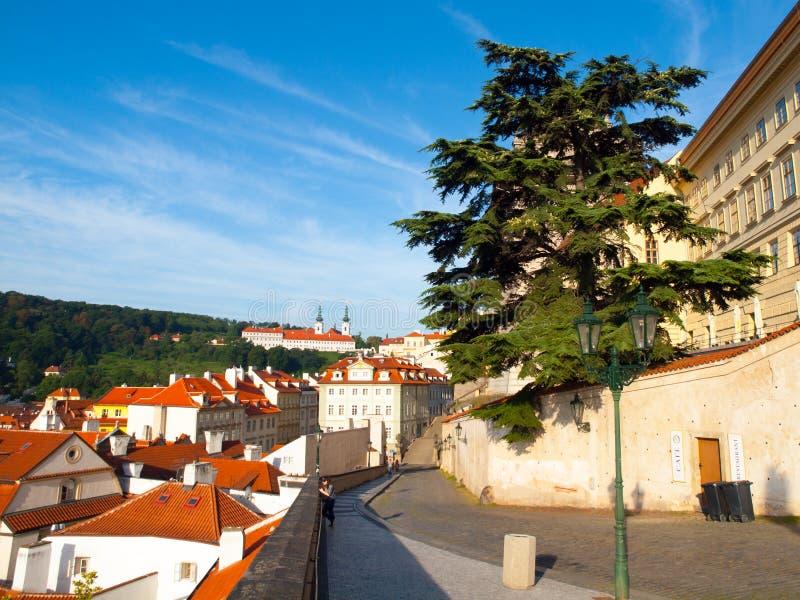 Grodowa ulica od Hradcany kwadrata z Strahov monasterem, Praga, republika czech zdjęcia stock