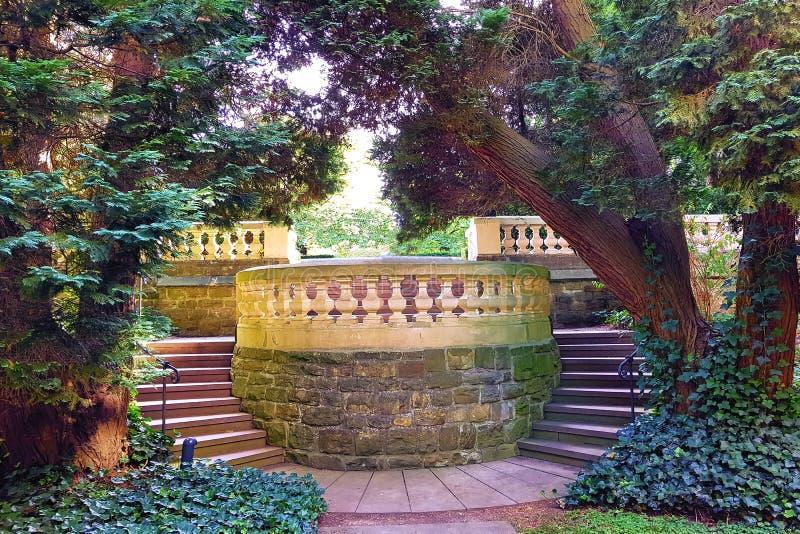 Grodowy park w Angielskim ogródu stylu obrazy stock