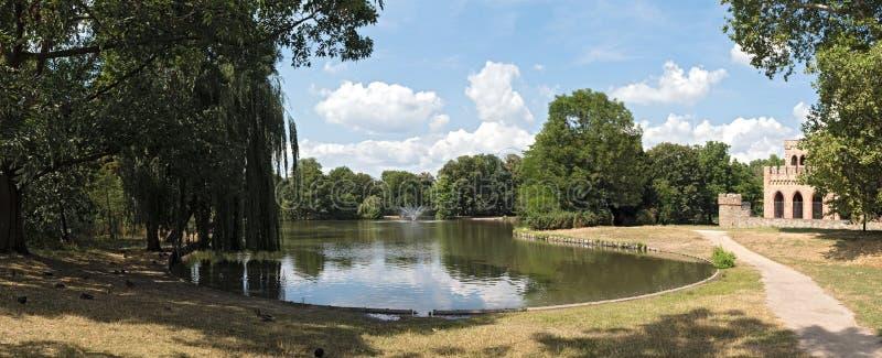 Grodowy parkowy Biebrich z stawem Wiesbaden i Mosburg fotografia stock