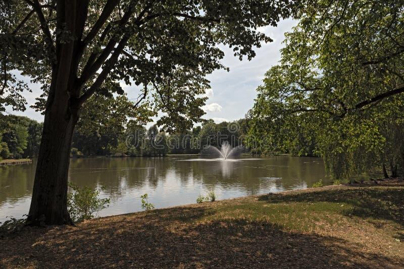 Grodowy parkowy Biebrich z stawem, Wiesbaden zdjęcia royalty free