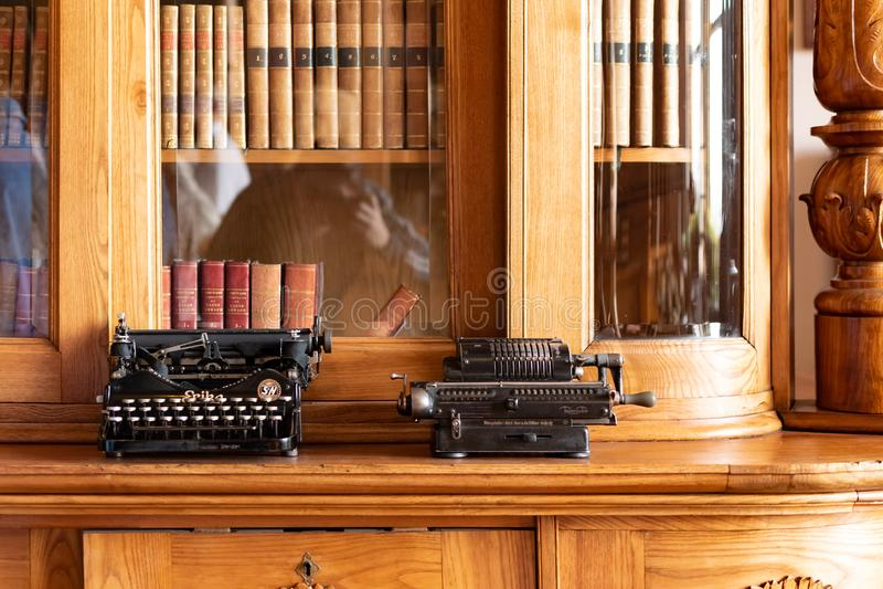 Grodowy Radun, republika czech, 7 2019 Kwiecień - wnętrze z piękną starą biblioteką, Radun kasztel, lokalizować blisko Opava obraz stock