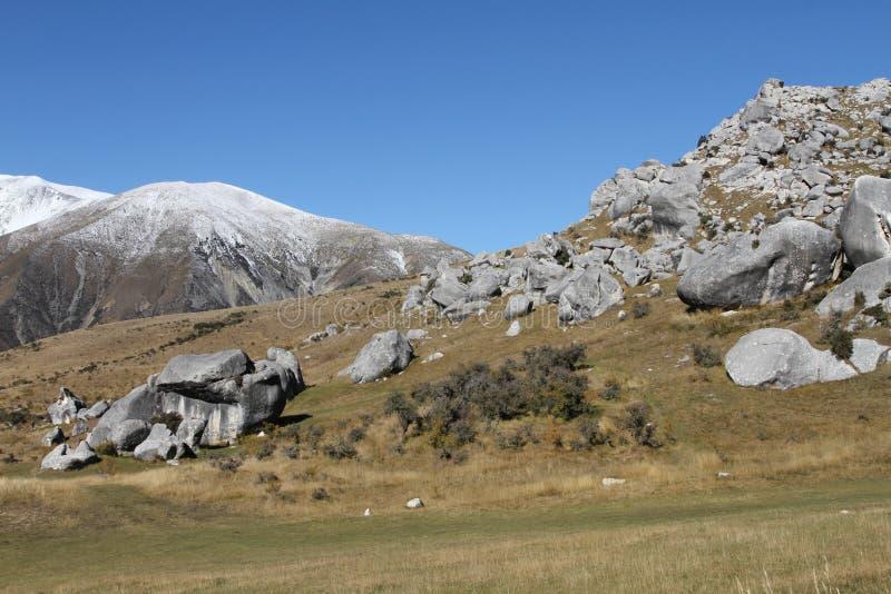 Grodowy wzgórze z białą śnieżną górą od Arthur ` s przepustki, Południowa wyspa fotografia royalty free