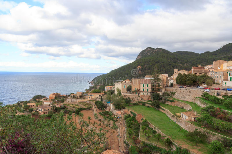 Grodzka Banyalbufar halna panorama, morze śródziemnomorskie na Majorca i zdjęcia royalty free