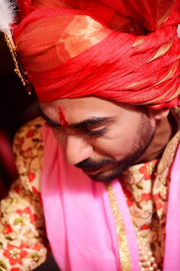 Grodzki puranpur /India na 14th Wrześniu ślub zdarzał się dokąd fornal klikał w czerwonym turbanie i sherwani zdjęcie stock