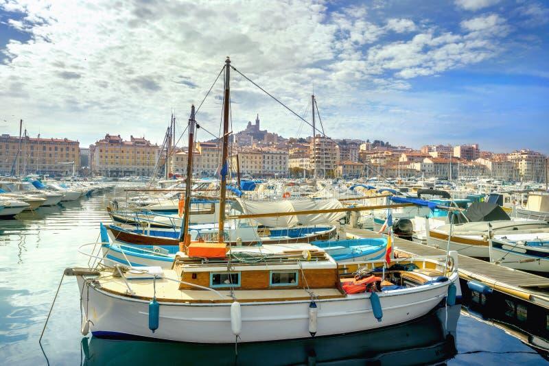 Grodzki widok i schronienie z łodziami w starym porcie Marsylski fran fotografia royalty free