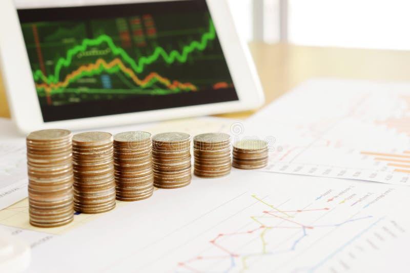 Groei muntstukkenstapel met zaken en financier het grafiekscherm royalty-vrije stock foto