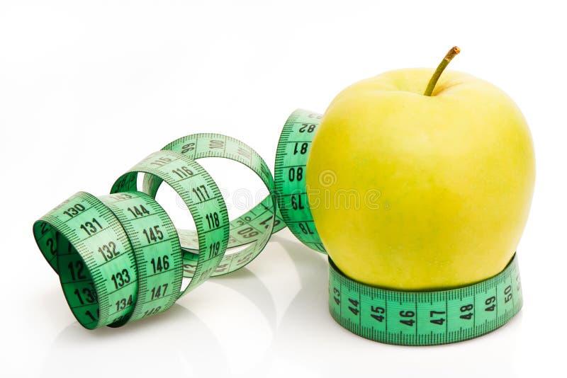 Groen Apple met het meten van band op witte achtergrond royalty-vrije stock fotografie