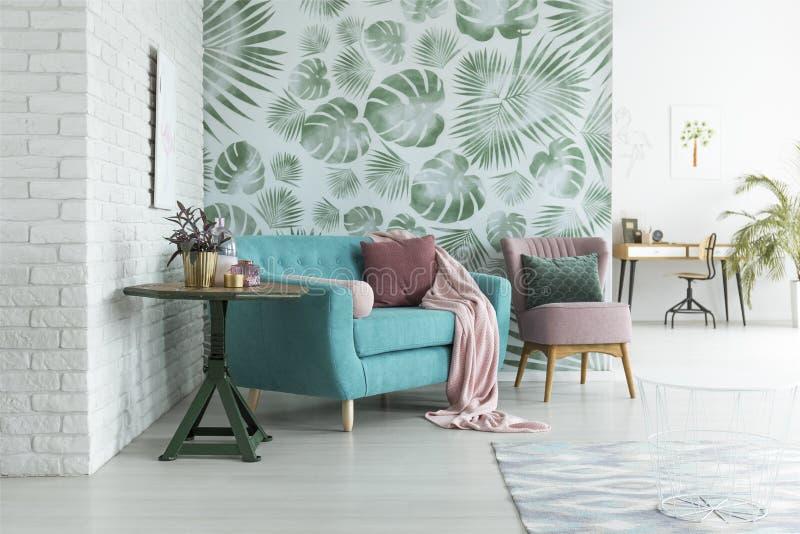 Groen behang in woonkamer stock foto