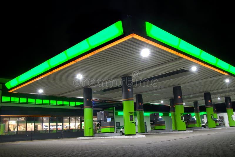 Groen benzinestation stock afbeeldingen