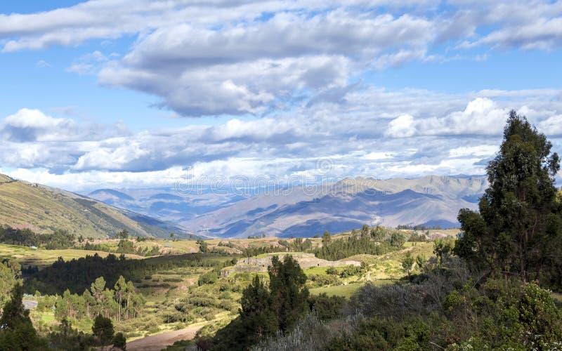 Groen berglandschap met Inca-ruïnes van vesting Puka Pukara, Cusco-Gebied, Peru stock fotografie