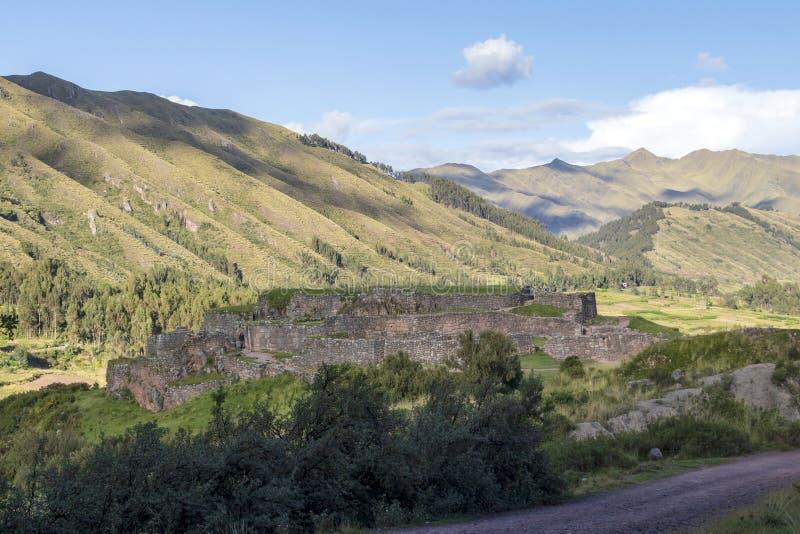 Groen berglandschap met Inca-ruïnes van vesting Puka Pukara, Cusco-Gebied, Peru stock foto