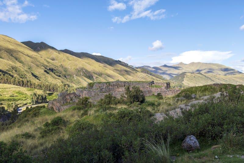 Groen berglandschap met Inca-ruïnes van vesting Puka Pukara, Cusco-Gebied, Peru royalty-vrije stock afbeeldingen