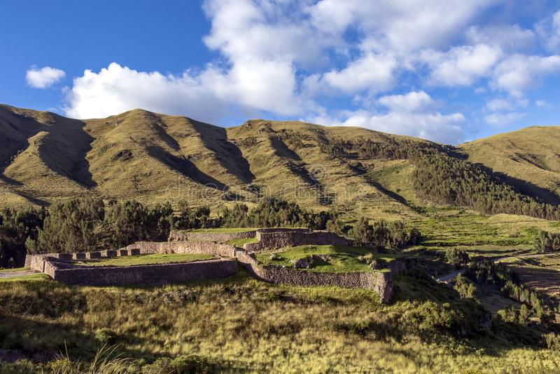 Groen berglandschap met Inca-ruïnes van vesting Puka Pukara, Cusco-Gebied, Peru stock afbeeldingen