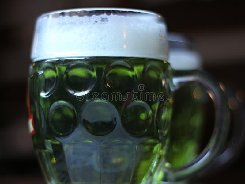 Groen bier stock afbeeldingen