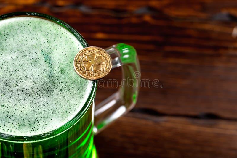 Groen bier in een glasmok met gouden muntstukken op een rustieke houten oppervlakte Feestelijke achtergrond voor St Patrick dag V royalty-vrije stock afbeelding