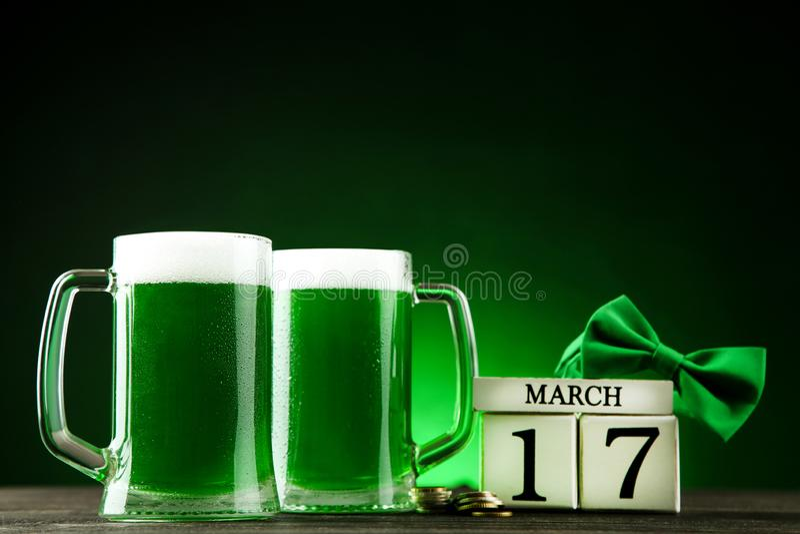 Groen bier in mokken met kubuskalender stock fotografie