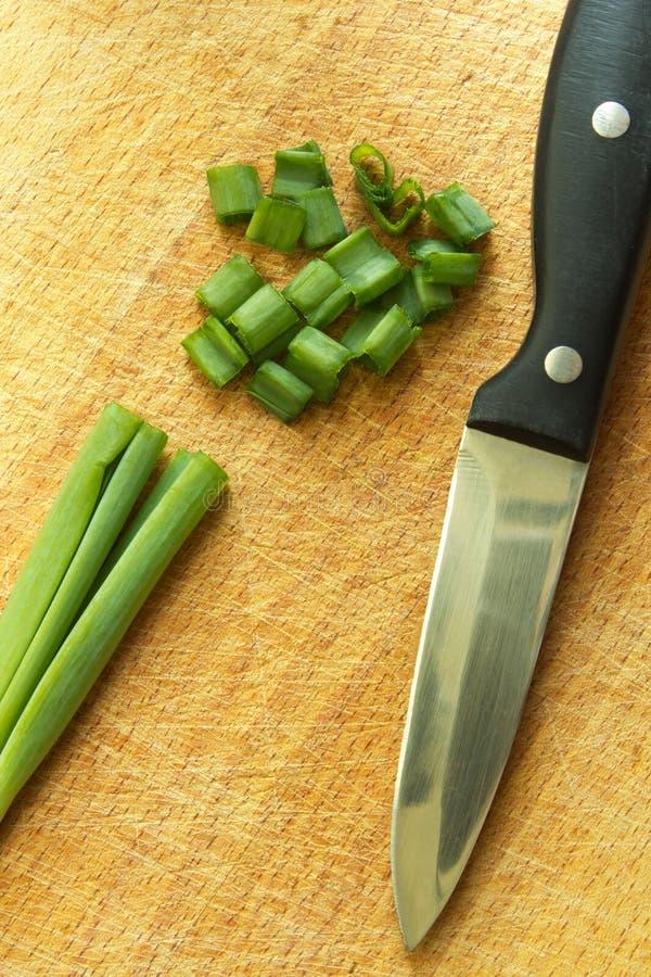 Groen bieslook en mes stock fotografie