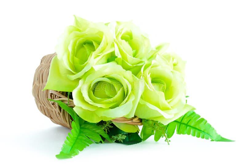 Groen bloemboeket in rieten mand op witte achtergrond royalty-vrije stock afbeeldingen
