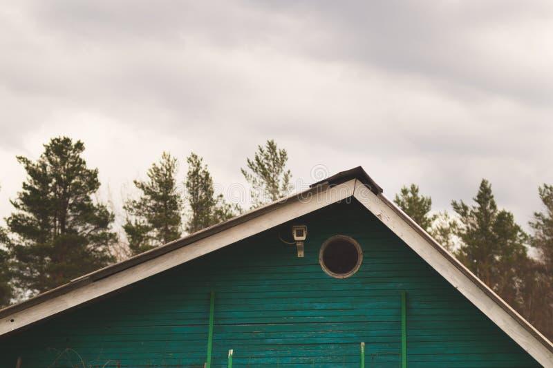 Groen dak van landelijk huis met toezichtcamera stock afbeeldingen