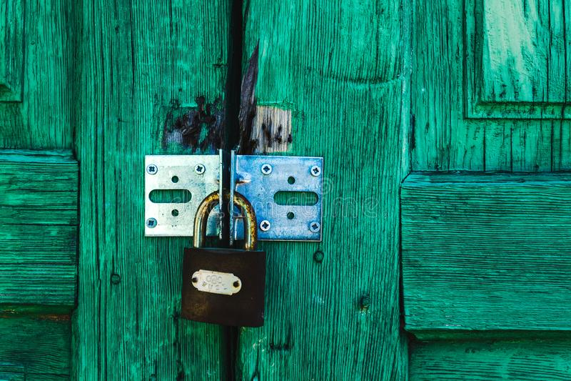 Groen deurhangslot stock foto's