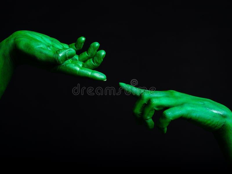 Groen dient zombieën in, op zwarte worden geïsoleerd die Een groot spinneweb vóór een bizarre heldere maan royalty-vrije stock fotografie