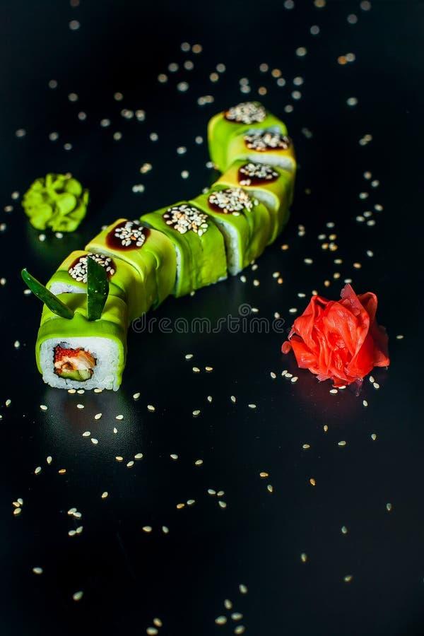 Groen Dragon Roll met paling, gember en wasabi stock afbeelding