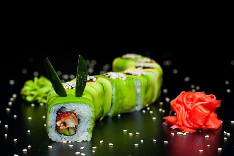 Groen Dragon Roll met paling, gember en wasabi royalty-vrije stock afbeelding