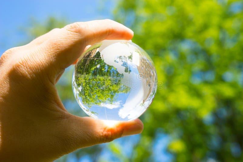 Groen & Eco-milieu, glasbol in de tuin stock foto