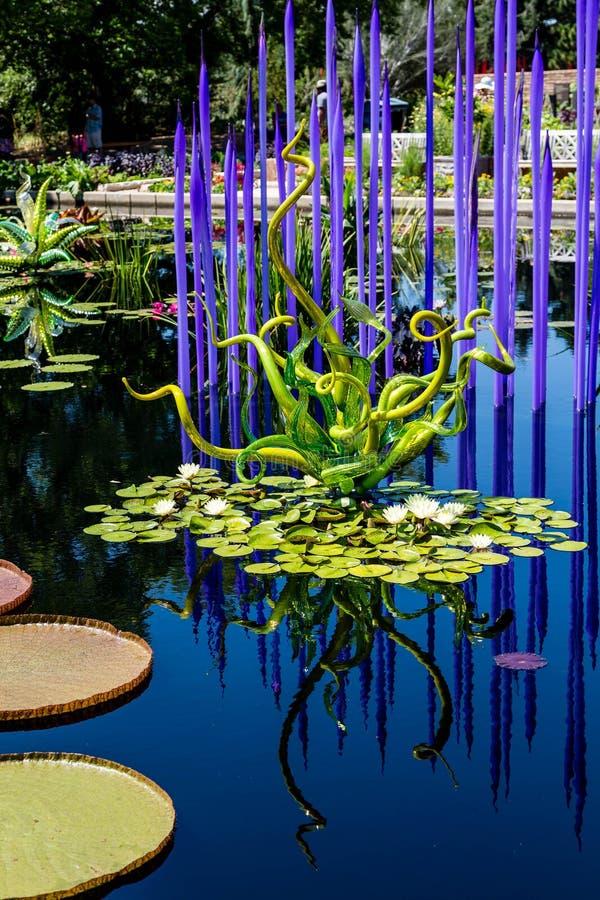 Groen en Blauw Glas in Vijver stock fotografie