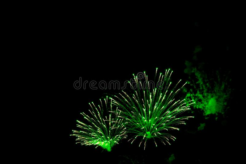 Groen feestvuurwerk op zwarte achtergrond sluiten Abstract vakantiedracht royalty-vrije stock fotografie