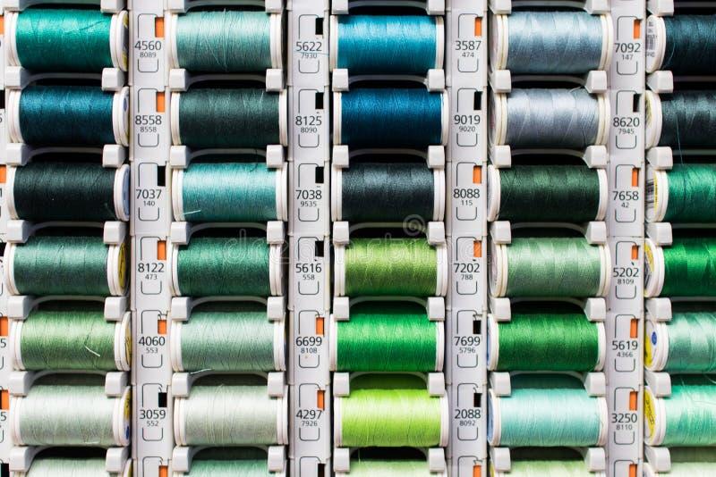 Groen garen Gekleurde spoelen van naaiende draad stock afbeeldingen