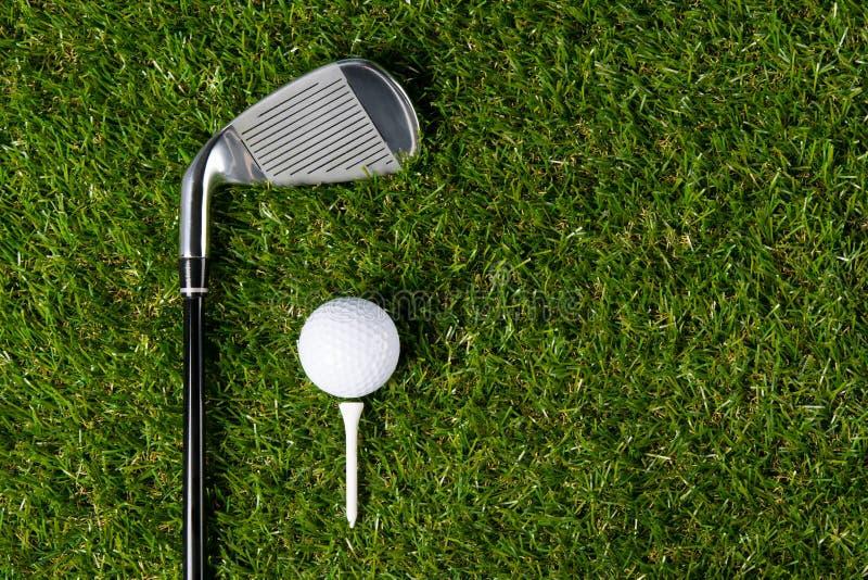Groen gazon met een reeks dingen voor golf, is er een plaats voor de inschrijving met het recht stock foto's