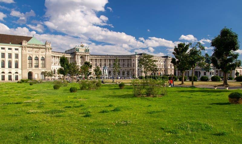 Groen gazon voor het Keizerpaleis van Hofburg, Wenen, Oostenrijk stock afbeelding