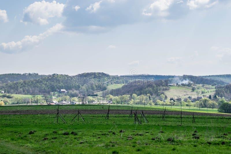 Groen gebied in de schaduw en heuvel in de zon royalty-vrije stock fotografie