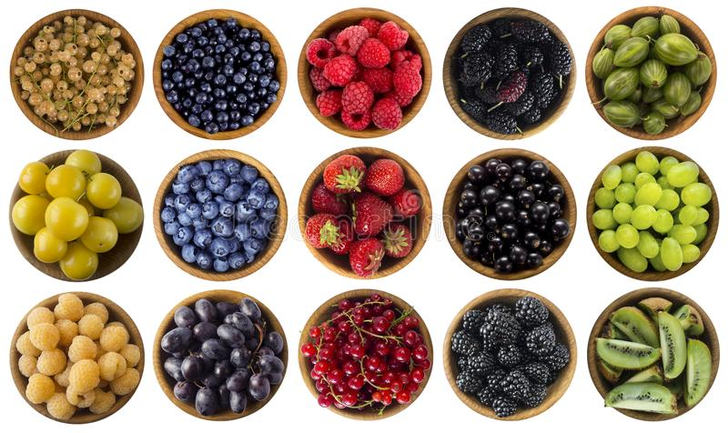 Groen, geel, rood, blauw en zwart voedsel Bessen die op wit worden geïsoleerda Collage van verschillende kleurenvruchten en besse royalty-vrije stock foto's