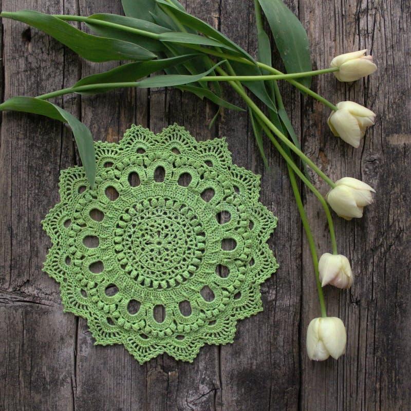 Groen gehaakt servet, tulpen royalty-vrije stock fotografie