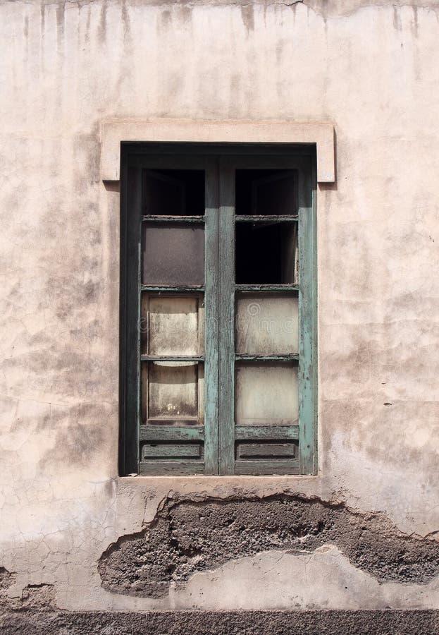 Groen geschilderd gebroken venster in een verlaten verlaten huis royalty-vrije stock afbeeldingen