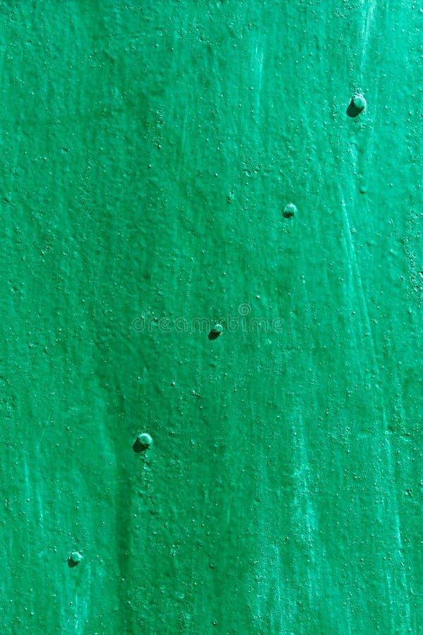 Groen geschilderd metaalblad met klinknagels diagonaal stock foto