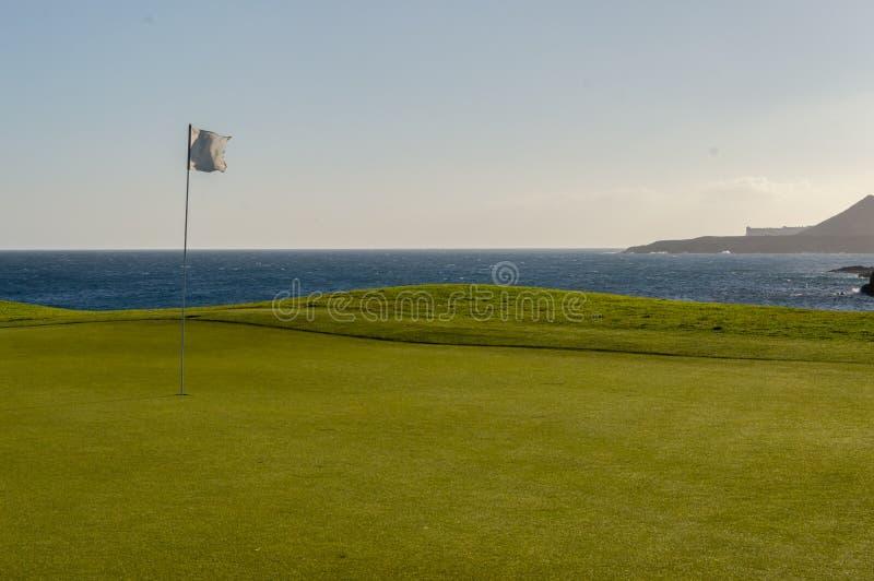 Groen golf met vlag en gat die Atlantico-oceaan in Santa Cr onder ogen zien stock afbeelding