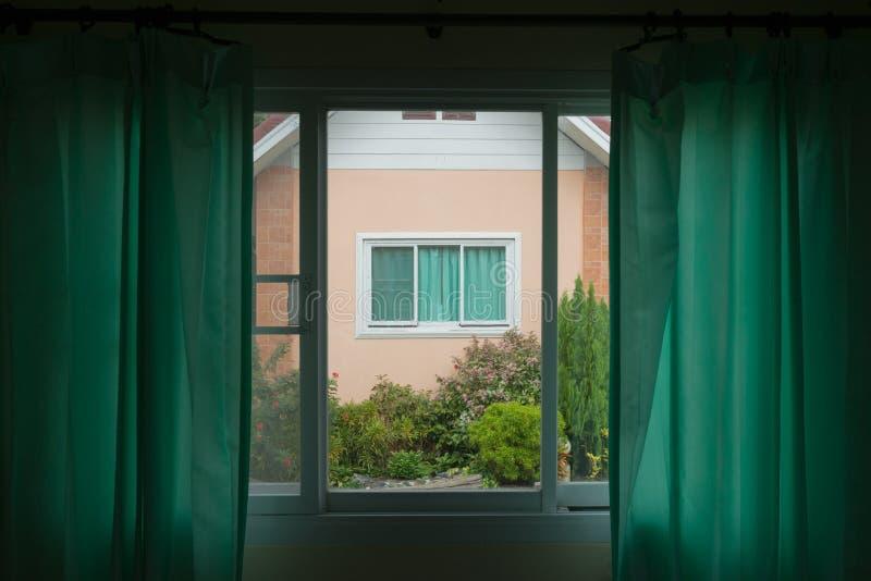 Groen gordijn en wit raamkozijn stock foto