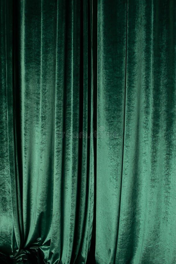Groen gordijn van luxueus fluweel op het theaterstadium De ruimte van het exemplaar Het concept muziek en theatraal art. stock foto's