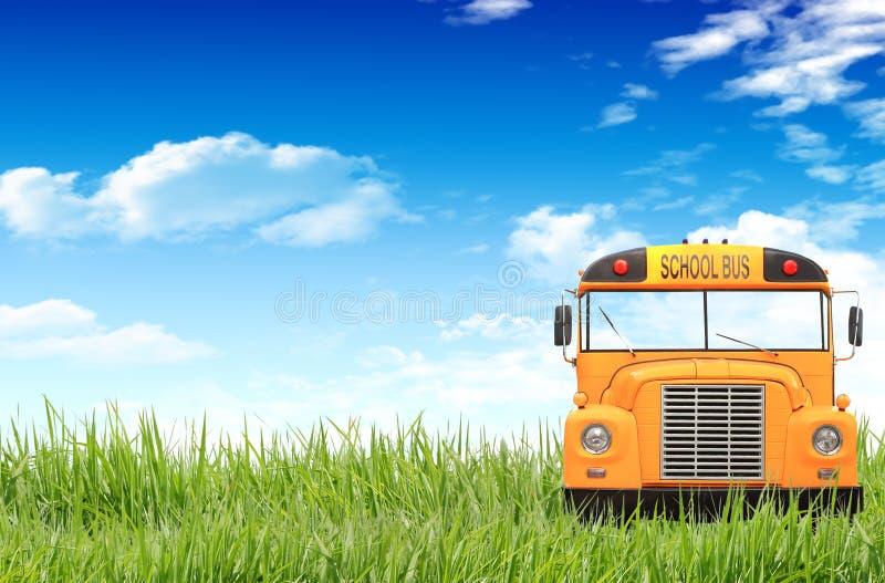 Groen gras, blauwe hemel en de schoolbus royalty-vrije stock afbeelding