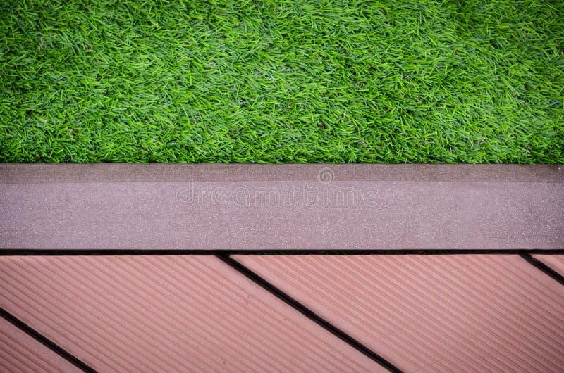 Groen gras met redwalkway achtergrond stock afbeelding