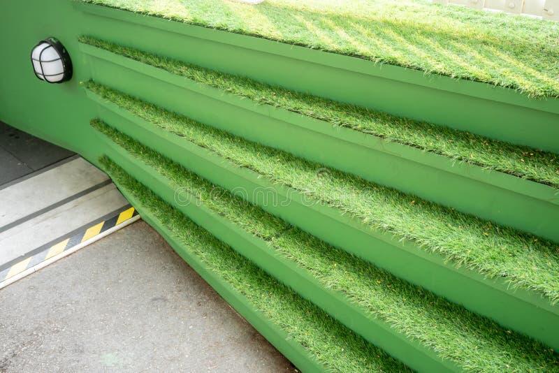 Groen gras op concrete treden voor de decoratieconcept van het aardthema royalty-vrije stock fotografie